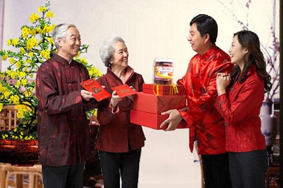 Biếu quà Tết cho người thân là truyền thống đã có từ lâu đời của người Việt Nam