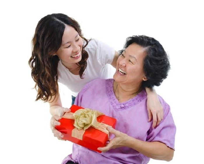 Lựa chọn quà tặng cho người già ý nghĩa