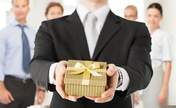 Quà biếu cho sếp phù hợp để đảm bảo mối quan hệ