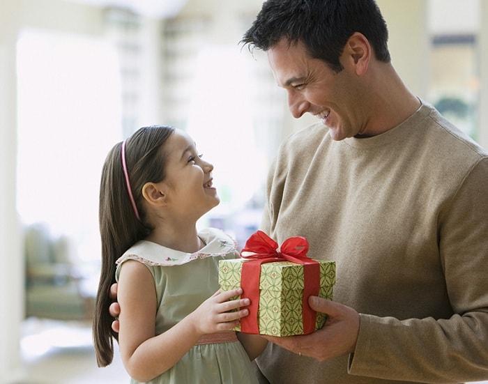 Trẻ nhỏ rất thích những món quà biếu đẹp mắt