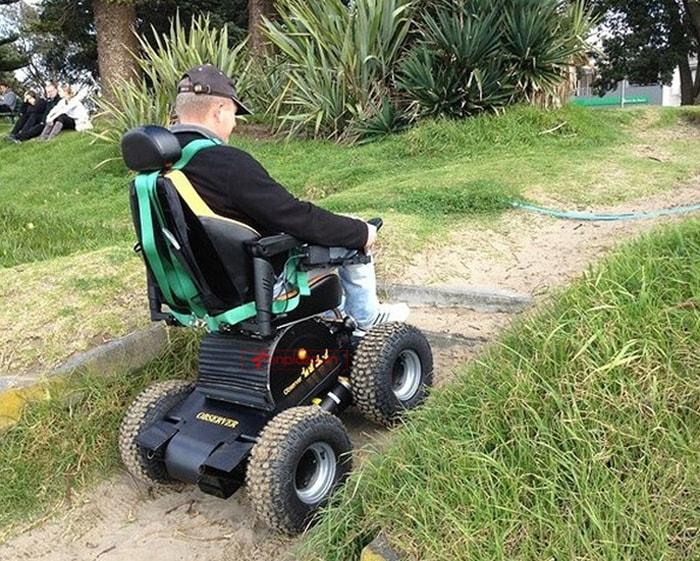 Xe lăn điện hỗ trợ người già yếu di chuyển dễ dàng