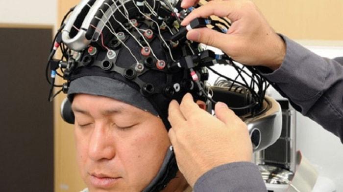 Xe lăn điện điều khiển bằng sóng não