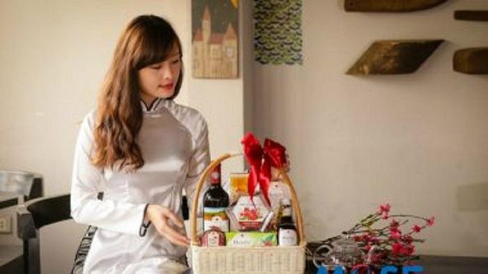 Dạy cách gói giỏ quà tết nhanh và đẹp